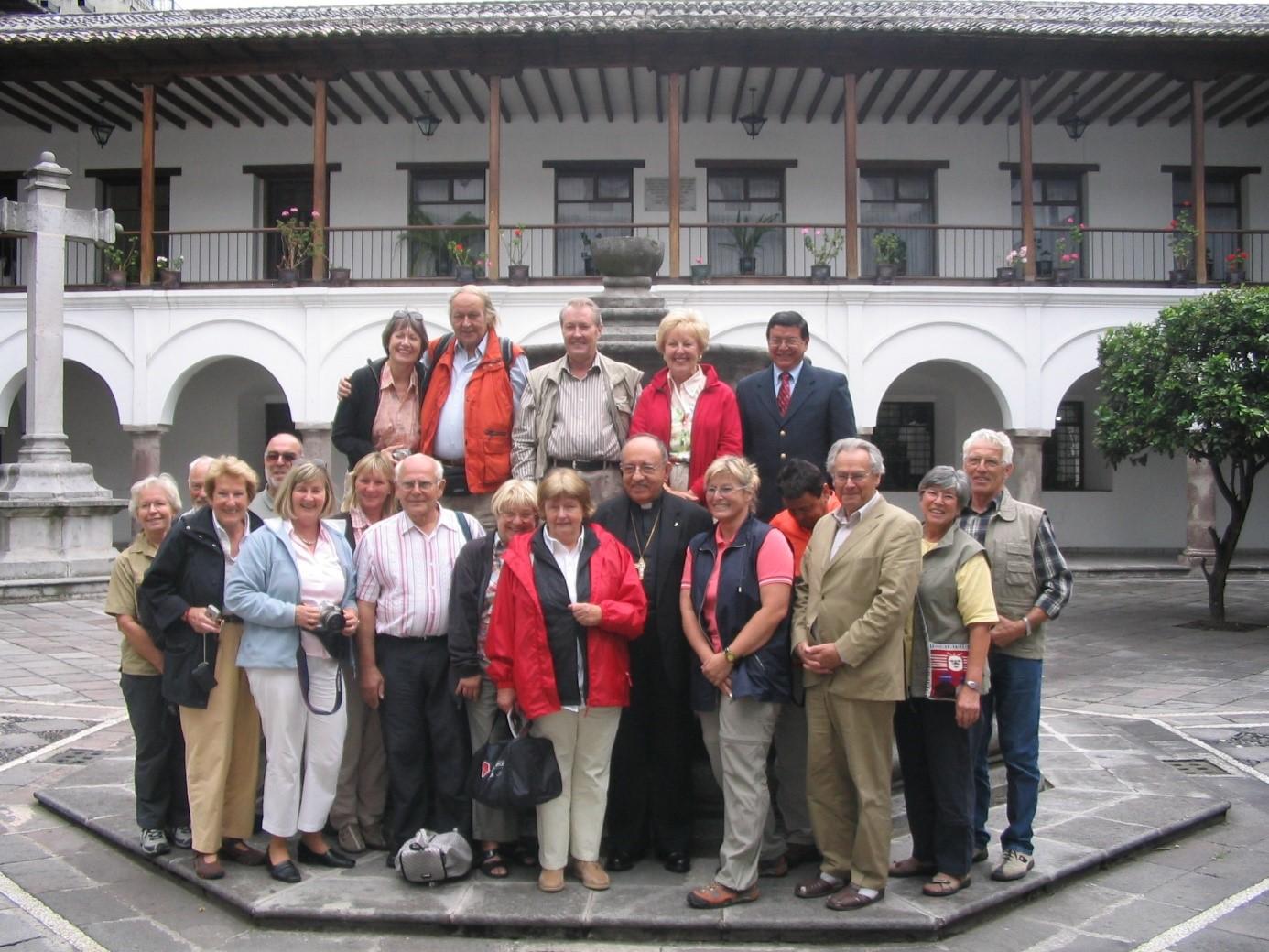 Kardinal Vela mit einer Gruppe von Pateneltern 2007 in Quito
