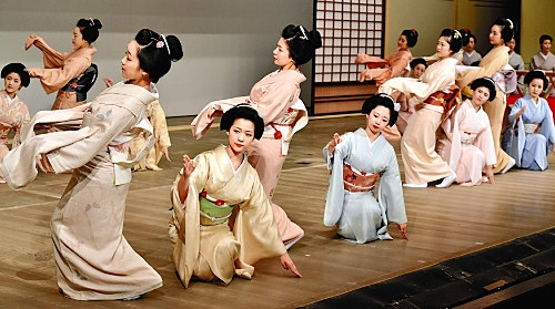 Maiko practice for the dance event in Kyoto Source: Takuya Yoshino