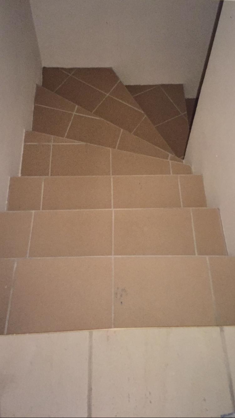 Pose carrelage escalier tournant