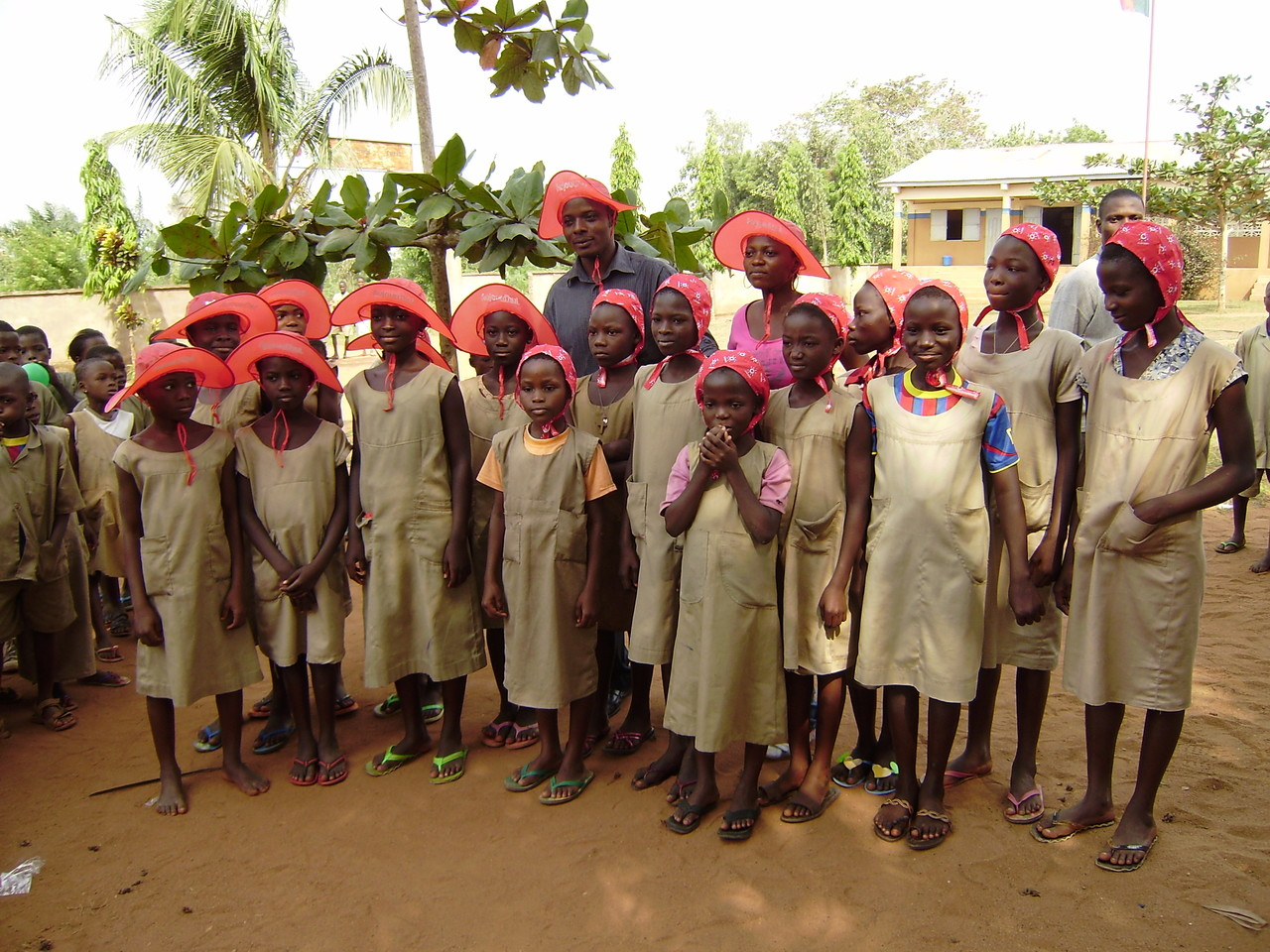 Des écolières de l'école primaire de DEME