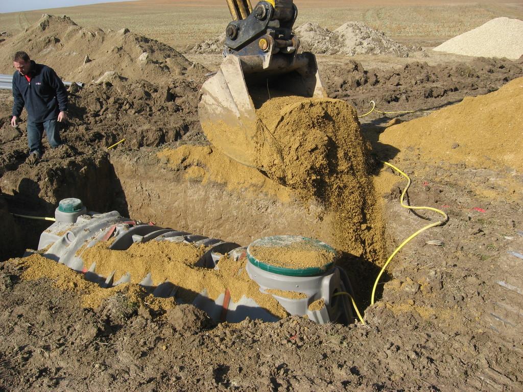 Recouvrement de la fosse par du sable