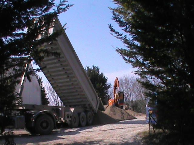 20/03/2012 Livraison du 9ème camion de concassé pour les chemins