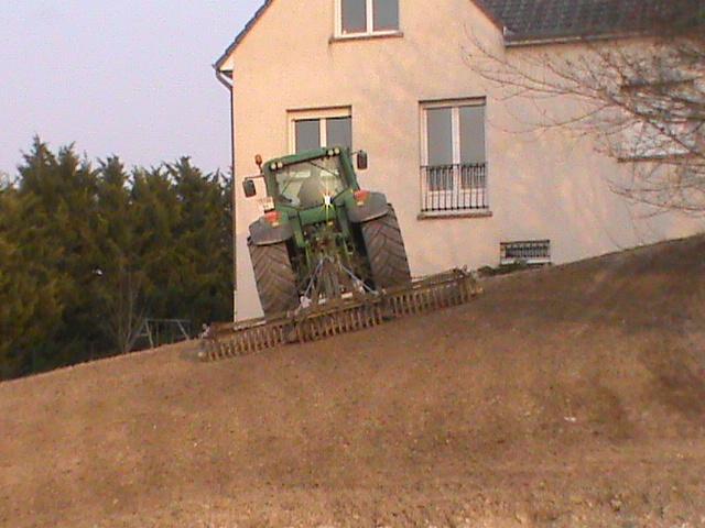 Préparation du sol pour semer la pelouse.