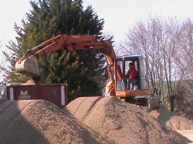20/03/2012 Chargement du sable pour enmener sur le terrain
