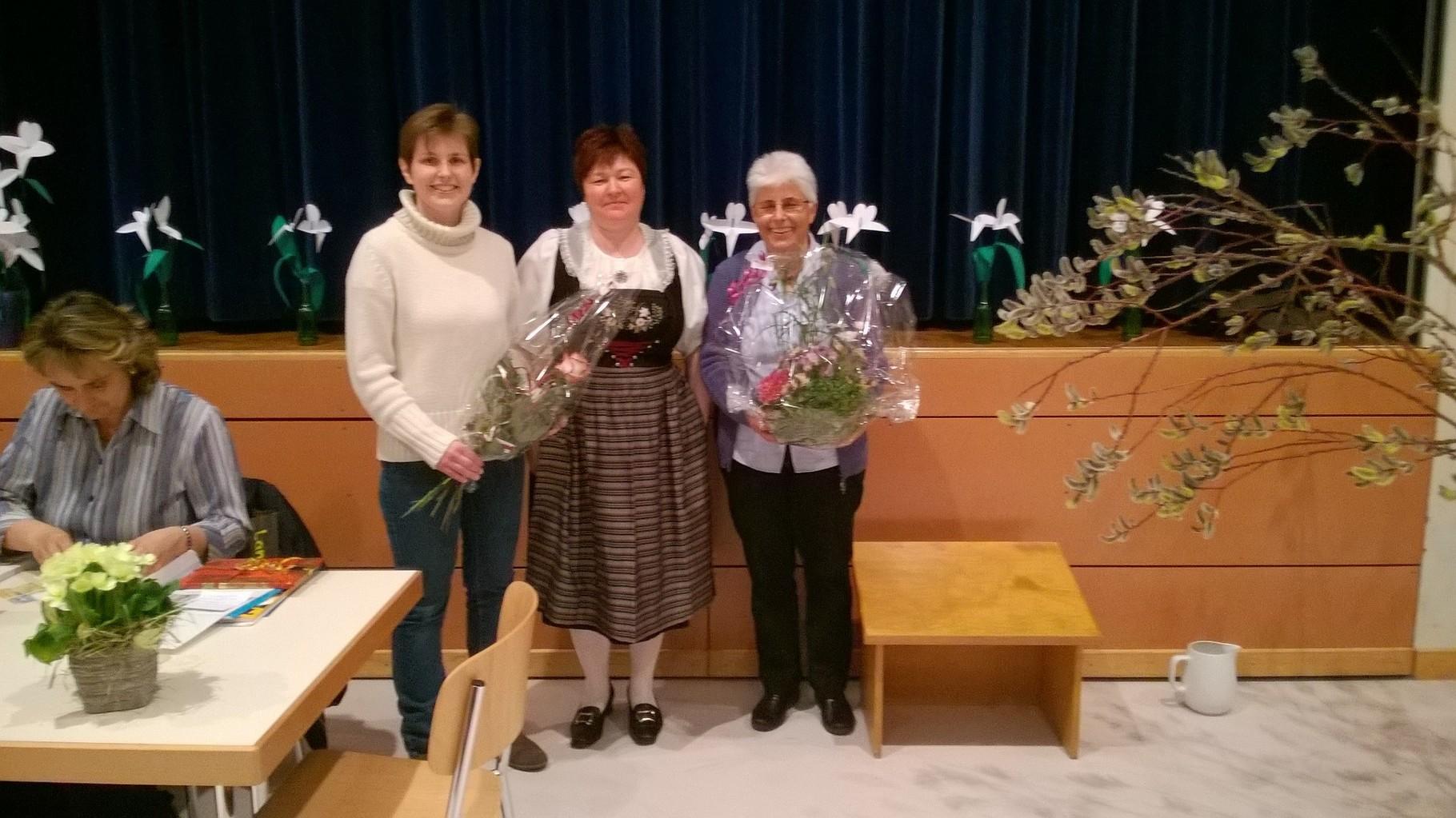 Conny bedankt sich bei Marie-Theres für die vielen Jahren als Präsidentin bei den Landfrauen Eggenwil-Künten und begrüsst die neue Präsidentin Claudia