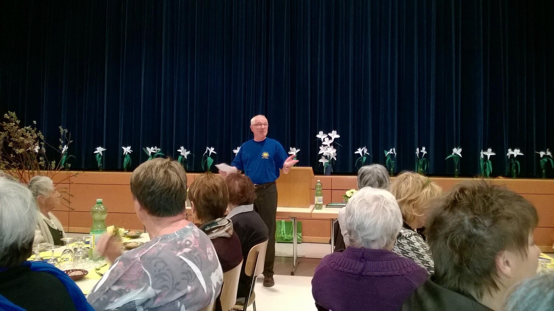 Herr Schwab stellt uns die Gemeinde Arni vor und offeriert uns im Namen der Gemeinde einen Kaffee zum Dessert.
