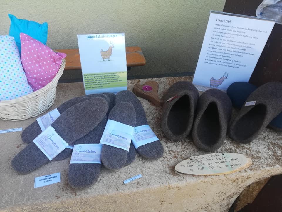 Schuheinlagen und Lama Pantoffeln