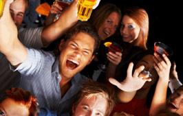 Feiernde Menschen mit Getränken in der Gastronomie - Getränke Kupfer in Faßberg