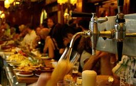Vollbesetzte Theke und Zapfhahn - Gastronomieservice Getränke Kupfer