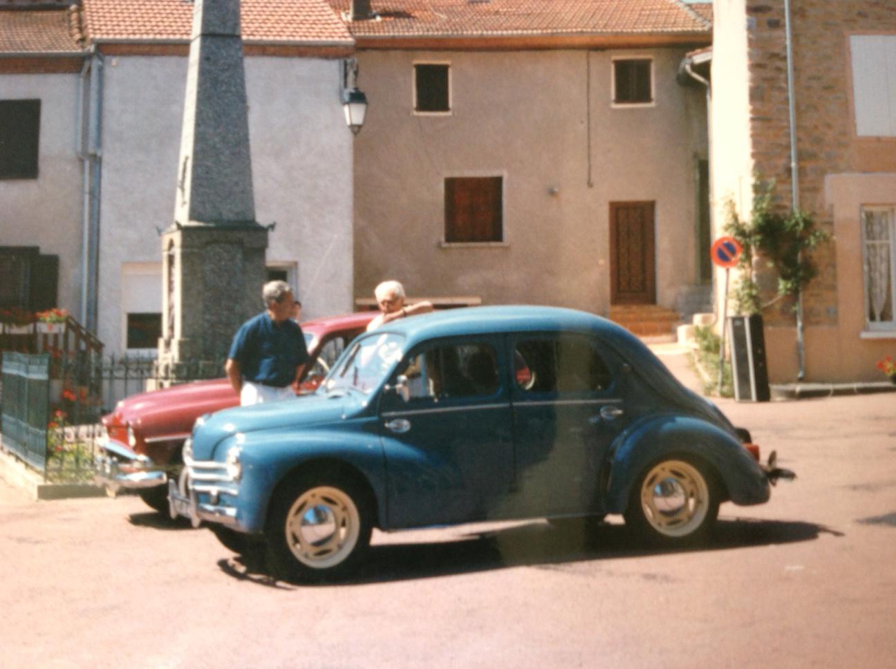 4CV - défilé de voitures anciennes avec l'automobile club