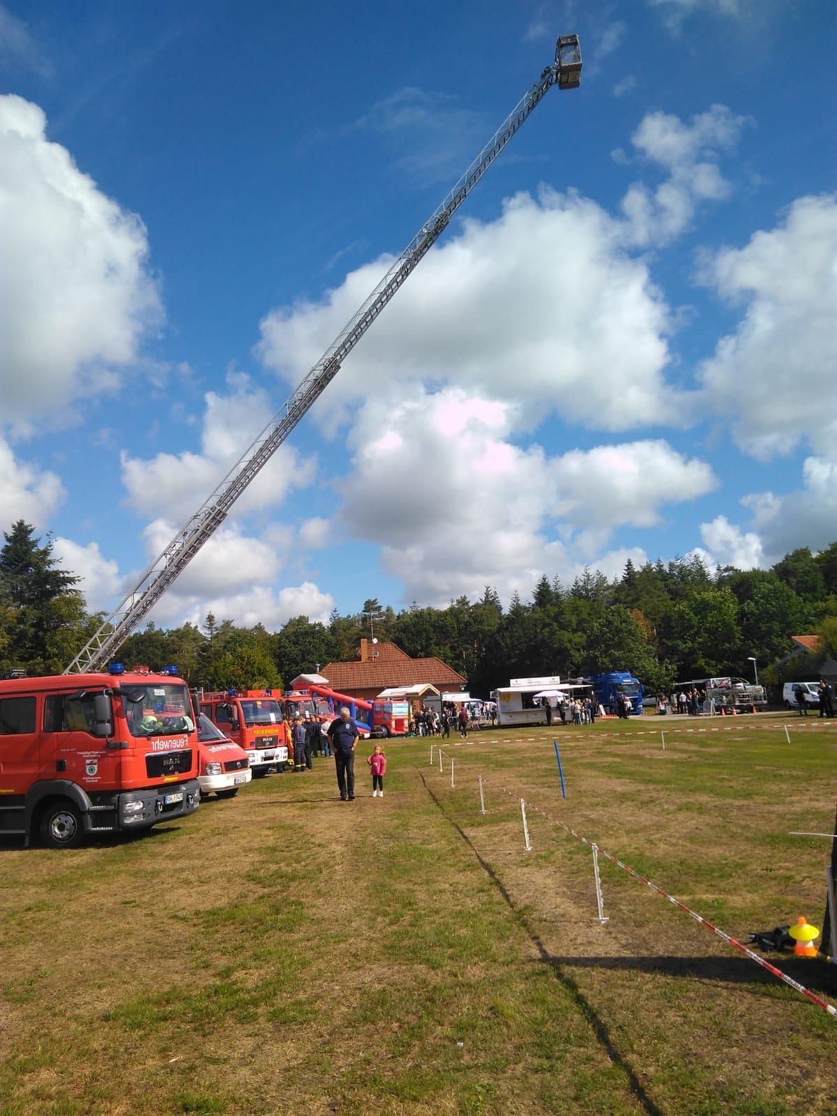 In dieser Reihe präsentieren sich bei strahlendem Wetter Feuerwehren der Umgebung
