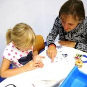 Vater und Tochter studieren die Anleitung zum tinobo Roboterbausatz