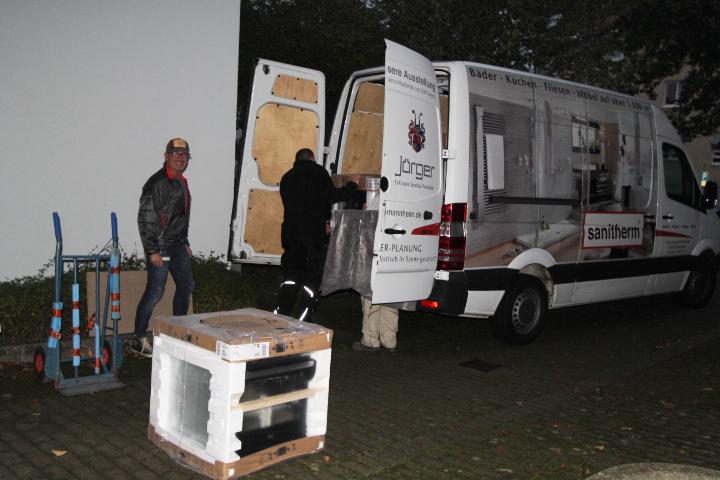 """Anlieferung der Küche durch die Firma """"sanitherm"""" am frühen Morgen"""
