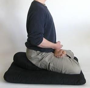 """Position """"du lotus"""" sur le zafu (vue de profil) - Crédits: www.spiritualhealing-now.com"""