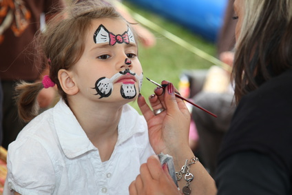 Kinderschminken in der Region Pforzheim mit Glitzer Tattoos und Kinderbetreuung sowie Ballone, Basteltisch in Pforzheim und auf Wunsch ganz Deutschland. Buchen Sie ein Highlight und erhalten Sie Qualität von Magic Oli Wonder der Einzigartige und geilste