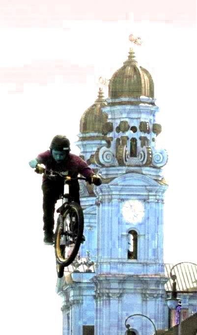 Radfahrer neben der Kirche # Fotografie