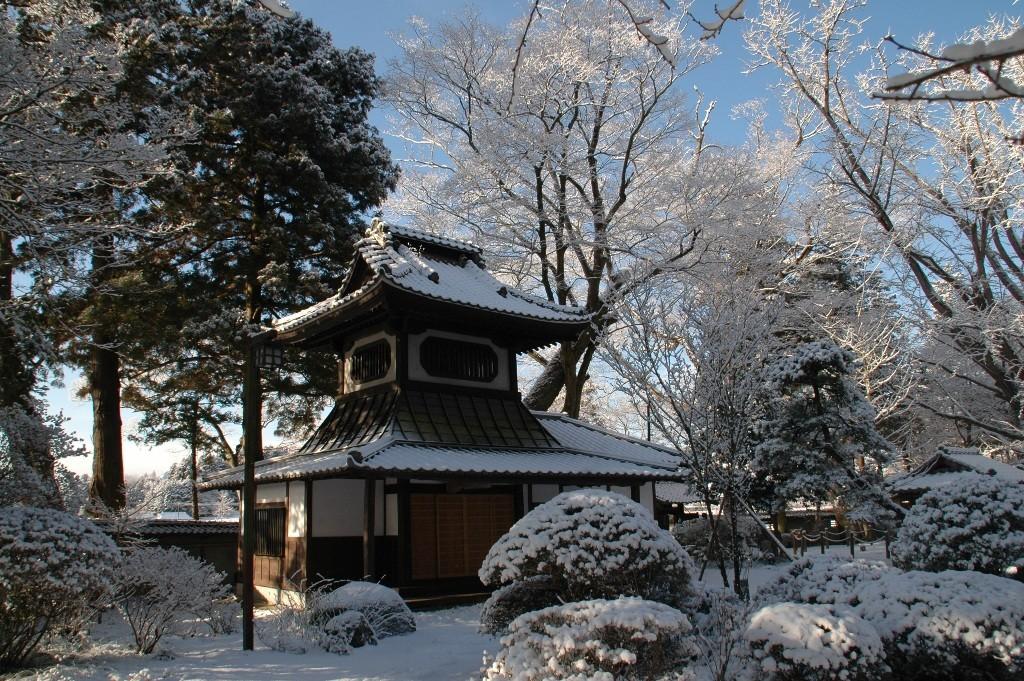 雪景色の境内と太鼓堂