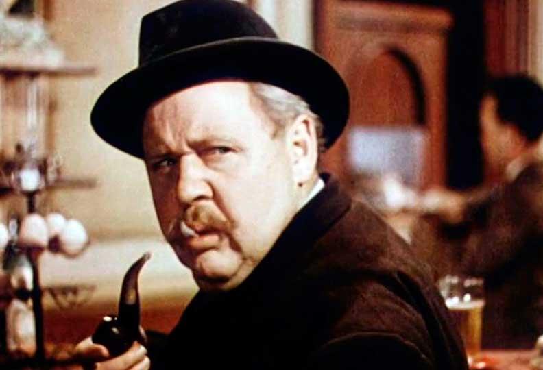 Charles Laughton a incarné Jules Maigret en 1949 dans L'Homme de la tour Eiffel, l'adaptation du roman de George Simenon « La tête d'un homme ».