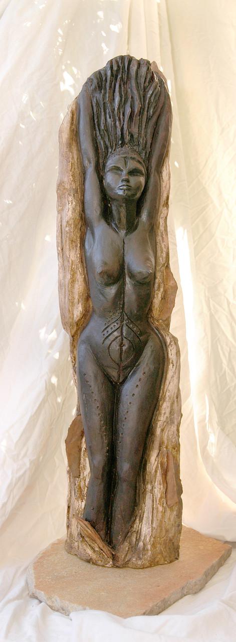 Racines, sculpture femme, terre patinée et pierre - vendue