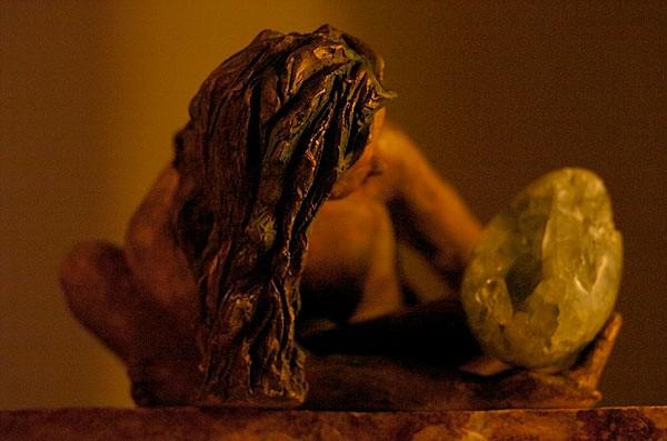 Assise sur le rebord du Monde, sculpture femme,  terre et pierre du brésil - vendue