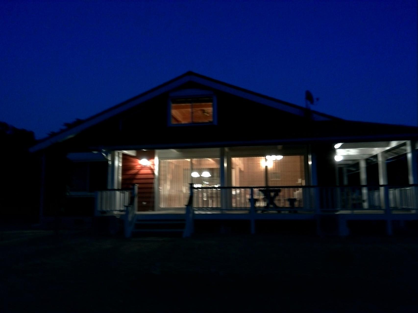 西側の夜のハナマナHana Mana at night