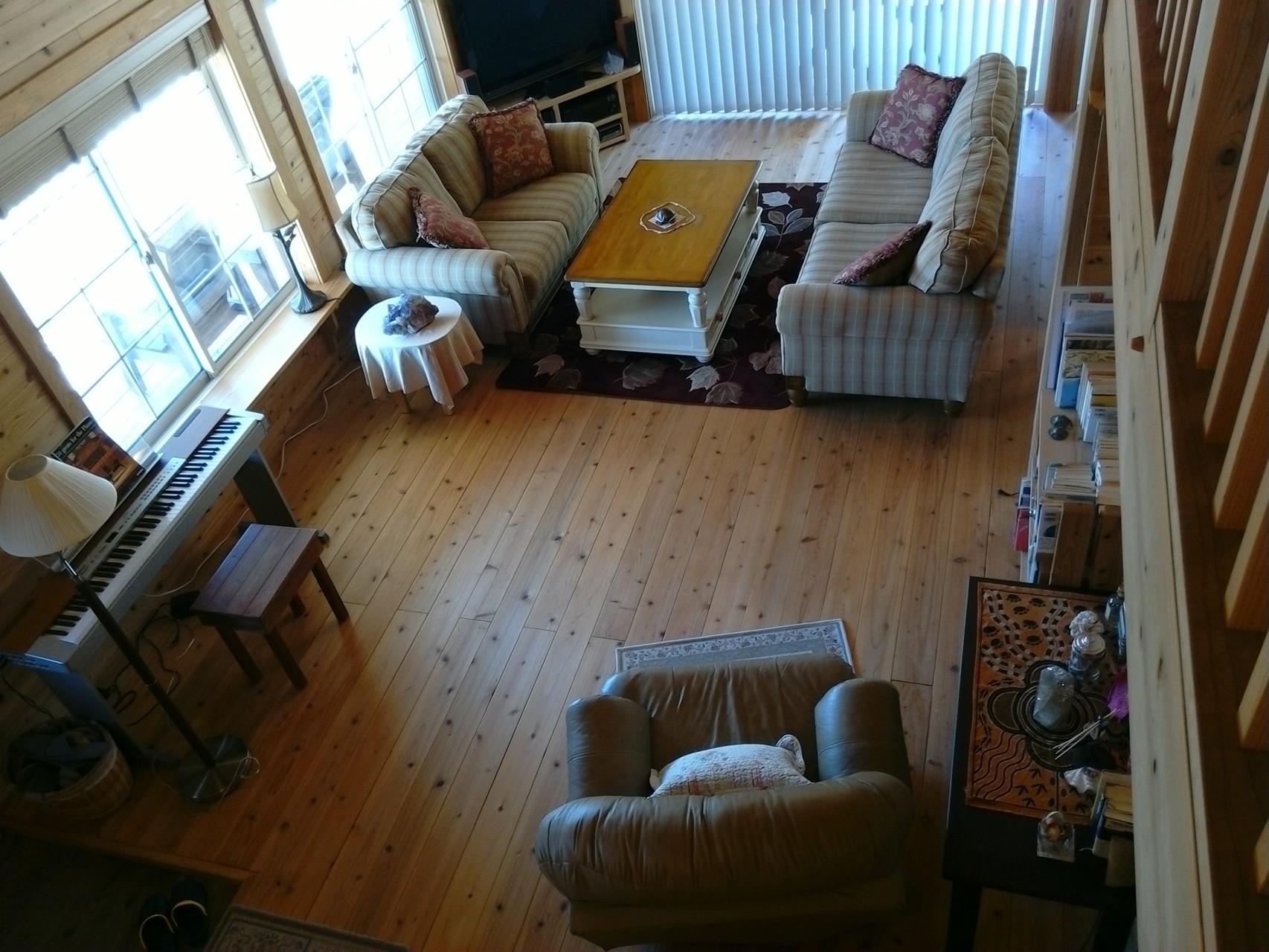 ロフトから見えるリビングルーム  The living room seen from the loft