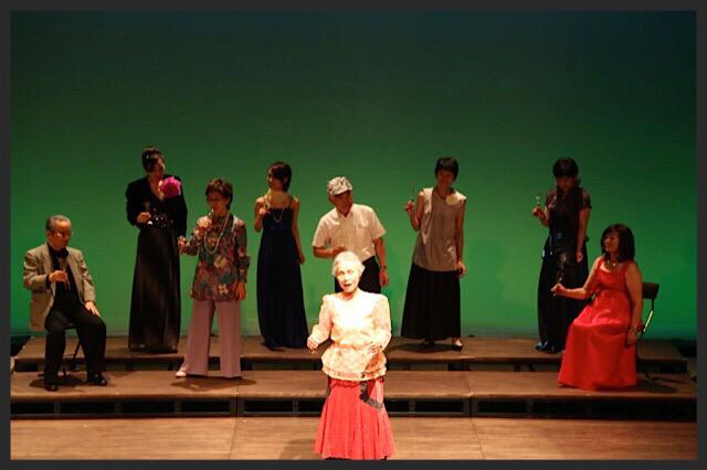 センターで歌う渋井さん  2015発表会 オペラ椿姫より 乾杯の歌
