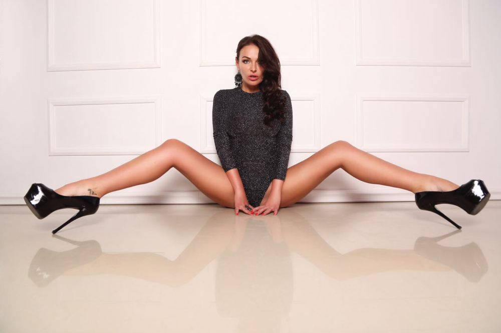 Long legged brunette sexbomb kristina cross in high heels gets her neat pussy poked