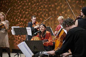 Derya Yildirim und das Ensemble Resonanz im Kleinen Saal der Elbphilharmonie