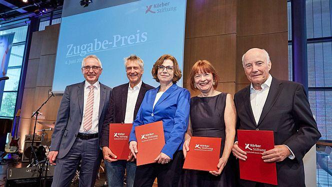 Lothar Dittmer, Vorstandsvorsitzender der Körber-Stiftung, und die Zugabe-Preisträgerinnen und Preisträger Michael Hoppe, Ute Büchmann, Anna Vonnemann und Bernward Jopen (v.l.)