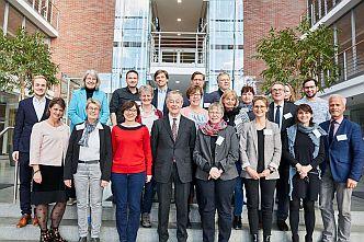 Zwanzig Entscheiderinnen und Entscheider aus deutschen Kommunalverwaltungen diskutieren  im KörberForum
