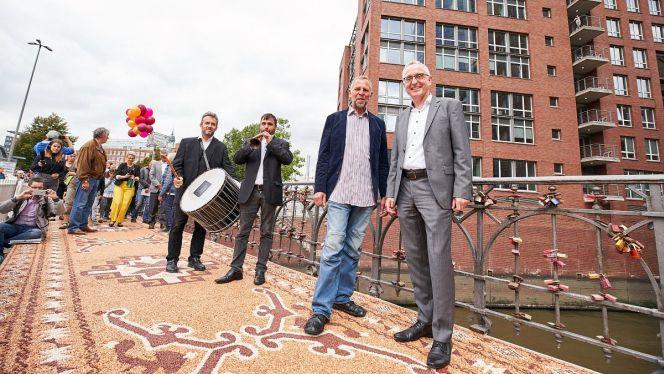 Künstler Frank Raendchen und Lothar Dittmer, Vorstandsvorsitzender der Körber-Stiftung,  bei der feierlichen Eröffnung des Neuen Steinernen Orientteppichs