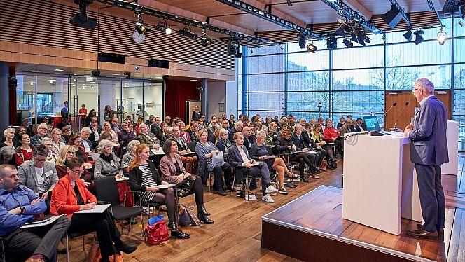 Lothar Dittmer, Vorstandsvorsitzender der Körber-Stiftung, begrüßt die Teilnehmerinnen und Teilnehmer des 10. Körber Demografie-Symposiums