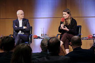 Hamburgs Erster Bürgermeister, Peter Tschentscher, und Fridays-for-Future-Aktivistin Luisa Neubauer diskutieren über den Klimaplan der Hansestadt