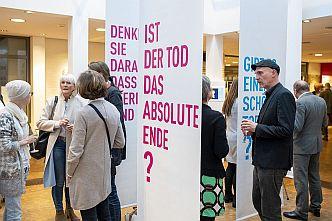 Die Ausstellung »Dialog mit dem Ende« im Bergedorfer Haus im Park (Foto: Bente Stachowske)