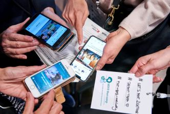 Teilnehmerinnen und Teilnehmer vernetzen sich beim MINT-Barcamp