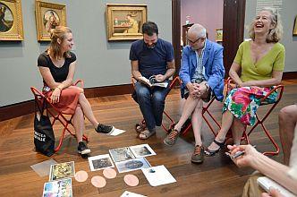 Teilnehmerinnen und Teilnehmer von »Mein Blick« bei der Bildauswahl (Foto: Hamburger Kunsthalle)