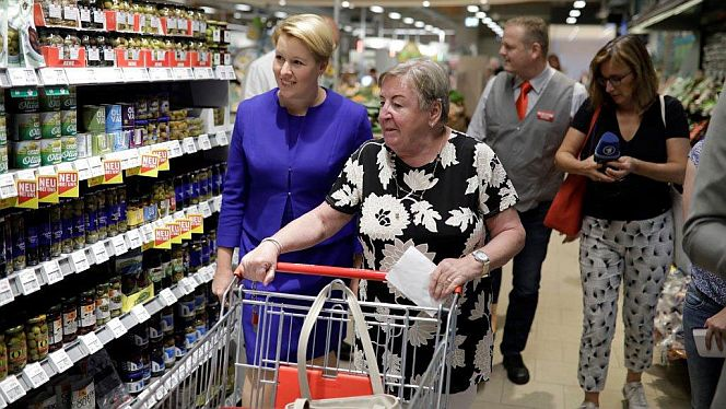 Bundesfamilienministerin Franziska Giffey beim Einkauf in Radebeul, Sachsen (Foto: Photothek/Thomas Imo)