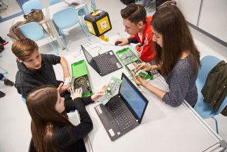 Schülerinnen und Schüler programmieren die senseBox