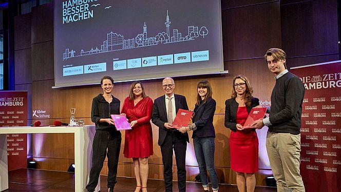 Die Übergabe des Ergebnisberichts des Beteiligungsprojekts »Hamburg besser machen« im KörberForum (Foto: Ina Mortsiefer)