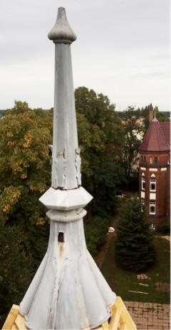 Im Vordergrund die Alte defekte Turmspitze vom Kirchsteigflügel. Im Hintergrund sieht man die bereits erneuerte Spitze vom Nutheflügel