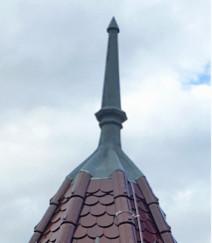 Elegant und stolz zeigt sich die neue Turmspitze. Man sieht ihr nicht mehr an mit welchem Aufwand sie hergestellt und montiert wurde.