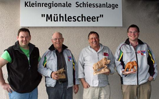 Präsident Andi Dürr gratuliert Heinz Rey zum 2. Platz, Peter Bugini zum 1. Rang und Christian Nett zum 3.