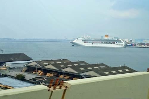 大型客船がベイサイドに停泊しています / スリープキューブ和多屋