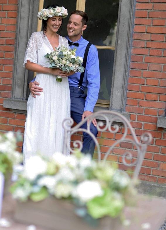 Hochzeitsdekoration und Blumen Braut