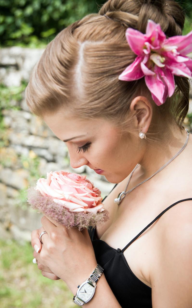 Braut mit Rose an Hochzeit