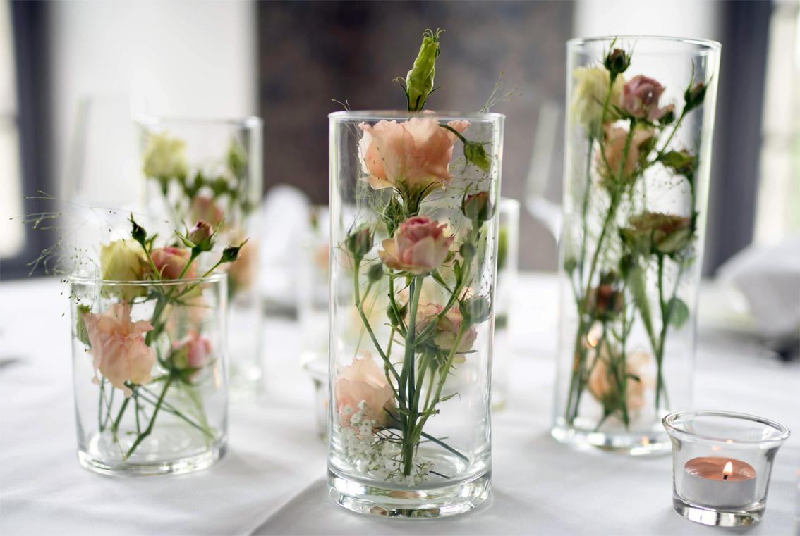 Vasen bei einer Tischdeko einer Hochzeit
