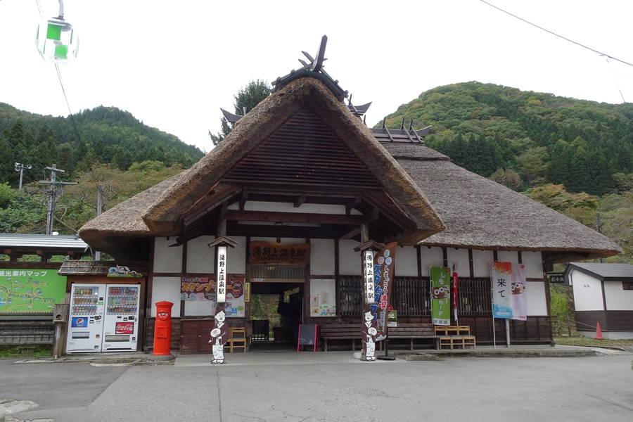 湯野上温泉駅|茅葺屋根と桜が映える珍しい駅舎【福島観光スポット】