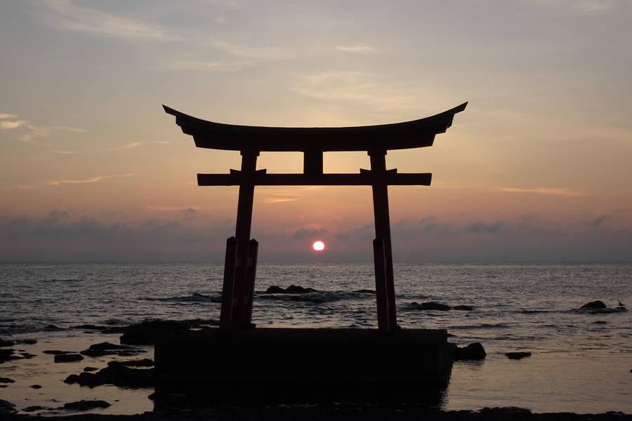 海の中に建つ鳥居の間に沈む夕日が絵になる初山別豊岬金比羅神社【北海道観光スポット】