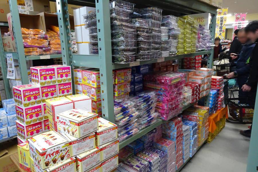 日本一の駄菓子売り場|バラ売りから箱売りまで対応の駄菓子倉庫【岡山観光スポット】